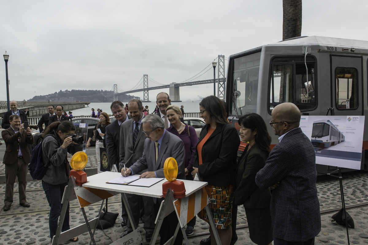 Mayor Lee signs LRV procurement contract