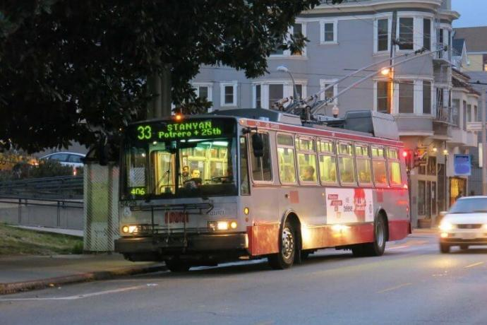 Image of the 33 Ashbury bus at Delores Park