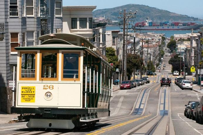 Mason Cable Car coming up the hill
