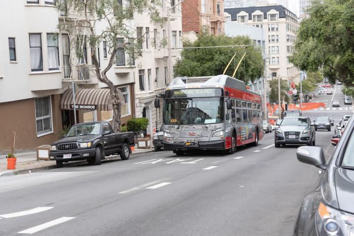 Photo of 1 California bus in transit lane on Sacramento Street